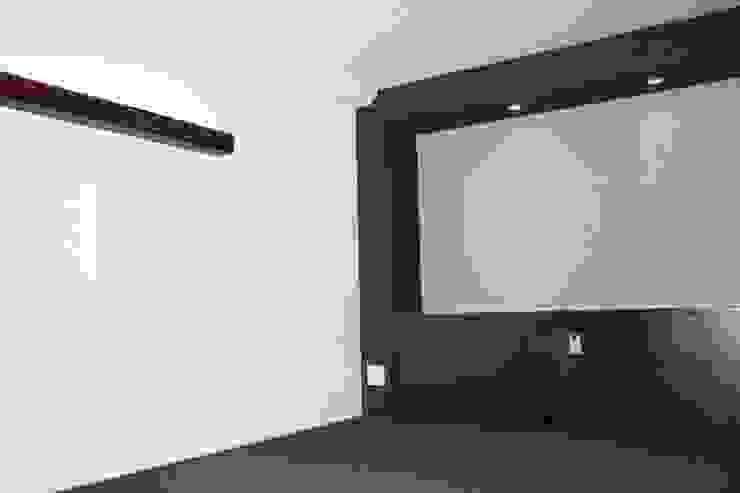 P and A モダンスタイルの寝室 の okada モダン
