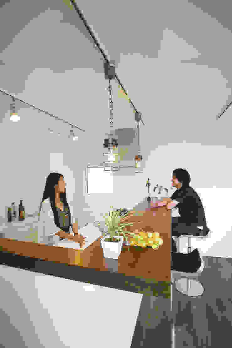 ウォルナットのカウンターにカフェテイストの照明 モダンな キッチン の スターディ・スタイル一級建築士事務所 モダン