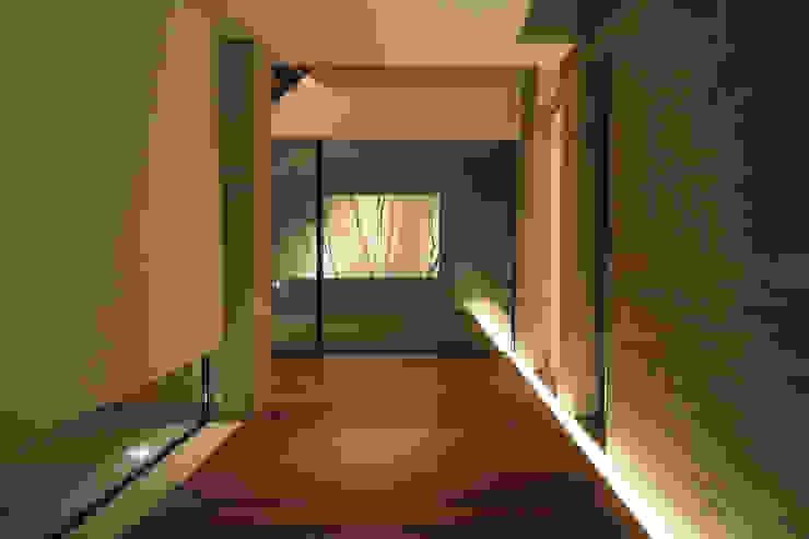 Villa SiS モダンスタイルの 玄関&廊下&階段 の 株式会社 庄司圭介アトリエ一級建築士事務所 モダン