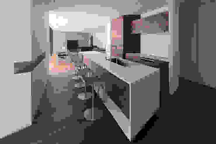 Villa SiS モダンな キッチン の 株式会社 庄司圭介アトリエ一級建築士事務所 モダン