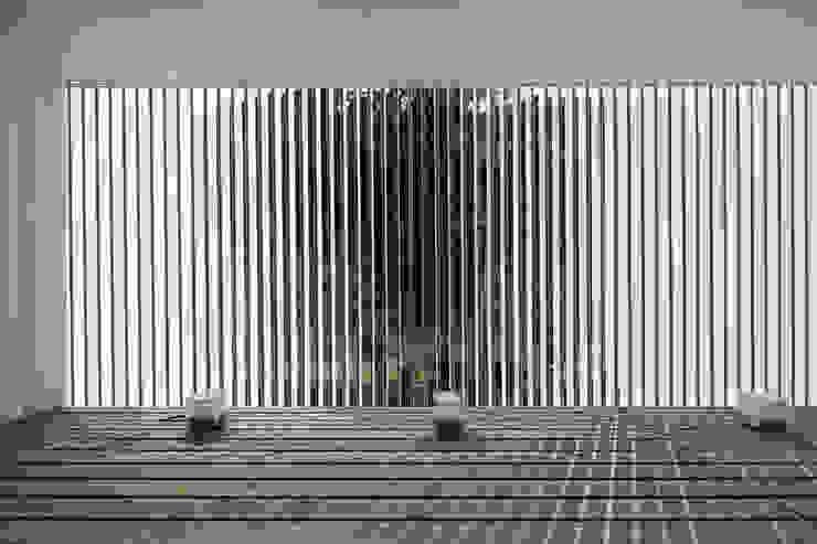 Villa SiS モダンデザインの テラス の 株式会社 庄司圭介アトリエ一級建築士事務所 モダン