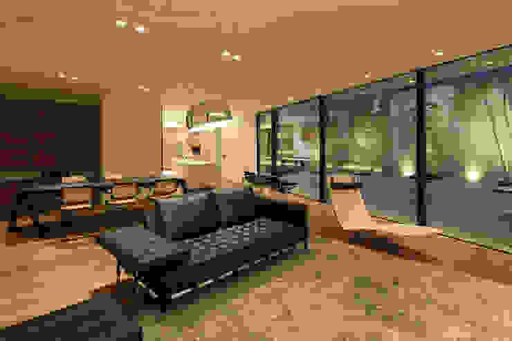 Villa SiS モダンデザインの リビング の 株式会社 庄司圭介アトリエ一級建築士事務所 モダン