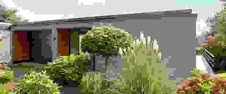 Elegante Sachlichkeit – energetische Sanierung eines Einfamilienhauses mit Balkon Moderne Häuser von insa4 ingenieure sachverständige architekten Modern