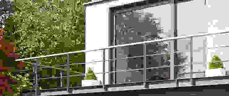 Elegante Sachlichkeit - energetische Sanierung eines Einfamilienhauses mit Balkon Moderner Balkon, Veranda & Terrasse von insa4 ingenieure sachverständige architekten Modern