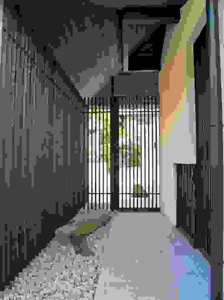 格子に囲まれた玄関ポーチ モダンな 家 の 古津真一 翔設計工房一級建築士事務所 モダン