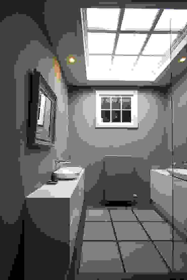 Marike Comma wastafel op maatwerk witte kast Moderne badkamers van Marike Modern