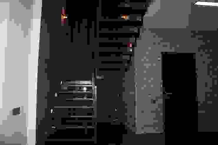 Дом в Опушкино Коридор, прихожая и лестница в эклектичном стиле от ООО «Х.А.Т.А.» Эклектичный