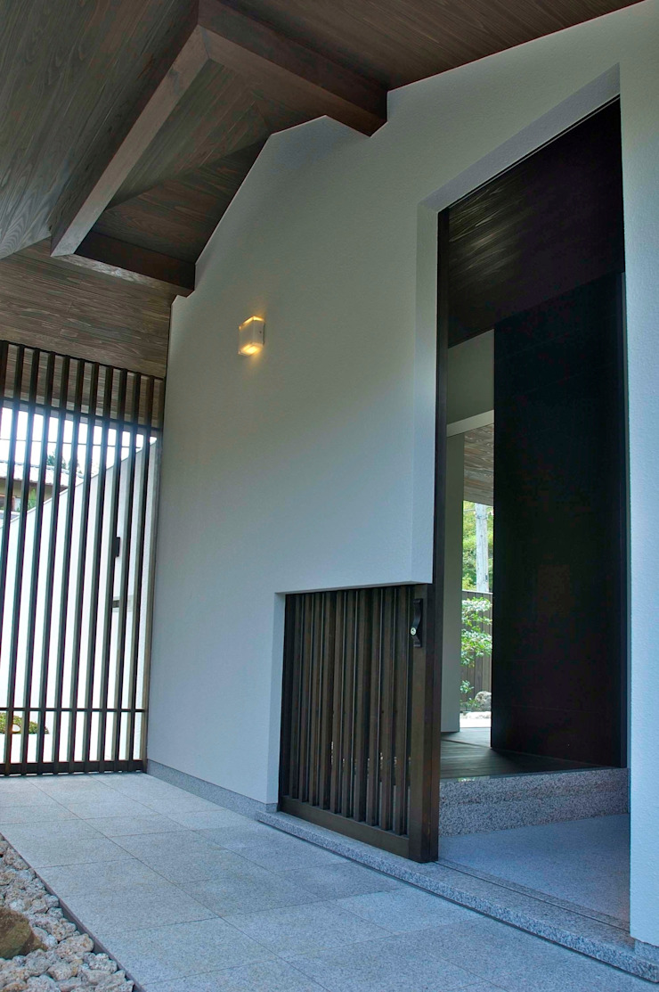 玄関ポーチから内部を見る モダンな 家 の 古津真一 翔設計工房一級建築士事務所 モダン