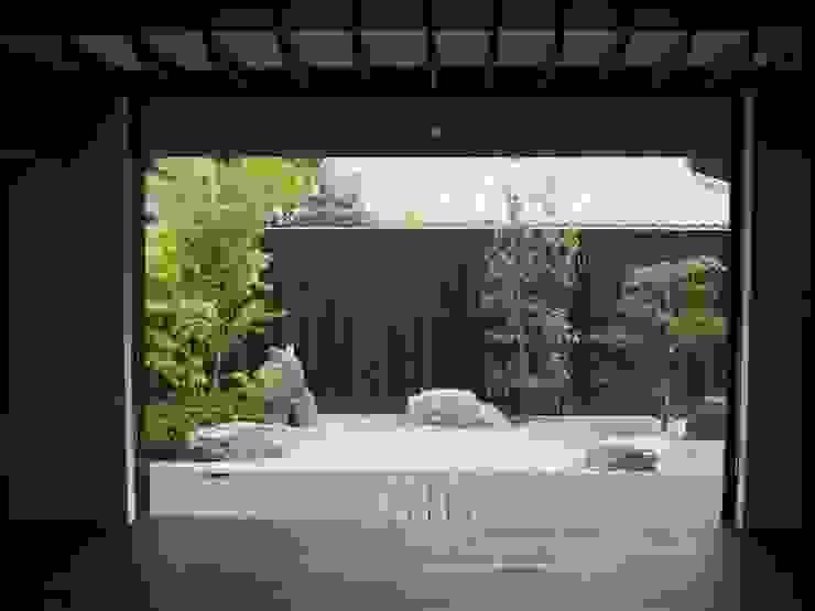 居間から南庭を見る 古津真一 翔設計工房一級建築士事務所 モダンな庭