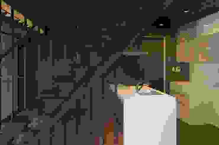システムキッチンはオリジナル製作家具:       古津真一 翔設計工房一級建築士事務所が手掛けた現代のです。,モダン