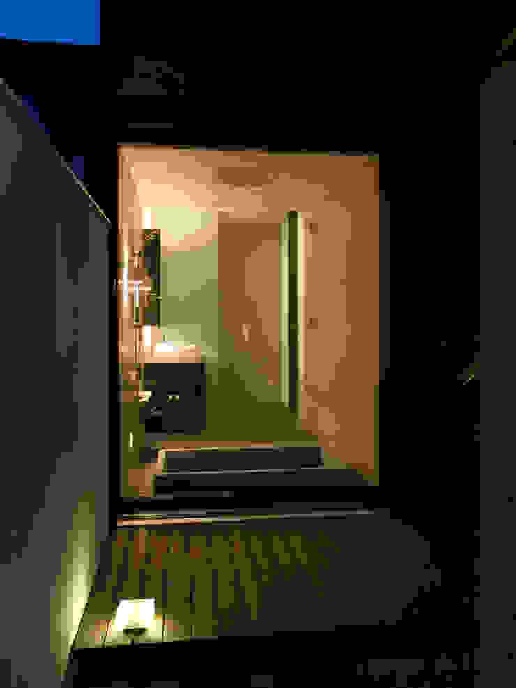 浴室を庭から見る モダンスタイルの お風呂 の 古津真一 翔設計工房一級建築士事務所 モダン