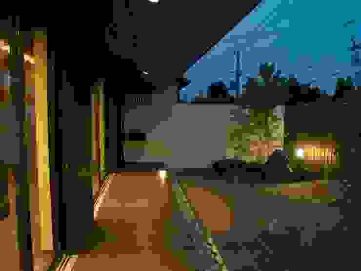 縁側夜景 モダンな庭 の 古津真一 翔設計工房一級建築士事務所 モダン