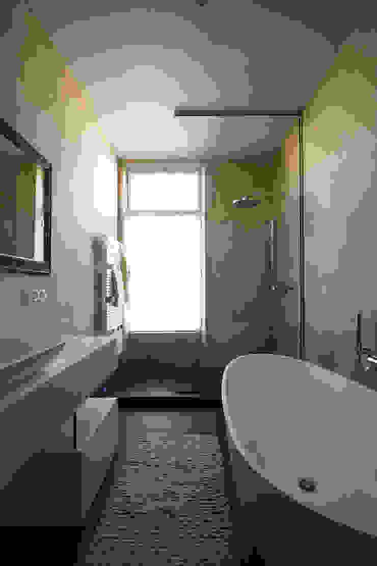 Marike setting Sosft bad, maatwerk kast en wastafel Comma Moderne badkamers van Marike Modern