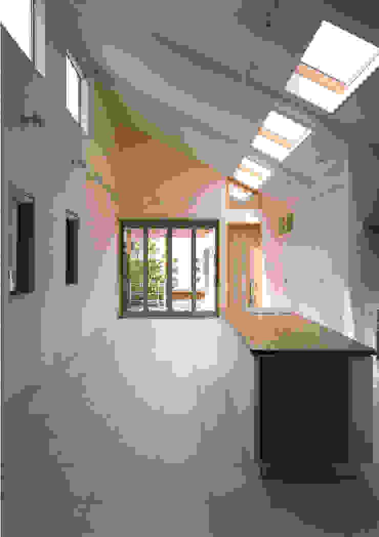 キッチンよりデッキ側を見る 地中海デザインの ダイニング の 豊田空間デザイン室 一級建築士事務所 地中海 磁器