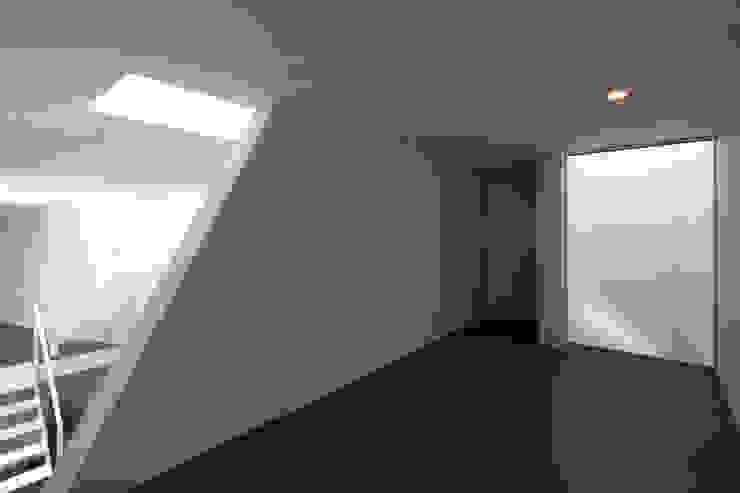 Garajes de estilo minimalista de 杉浦事務所 Minimalista