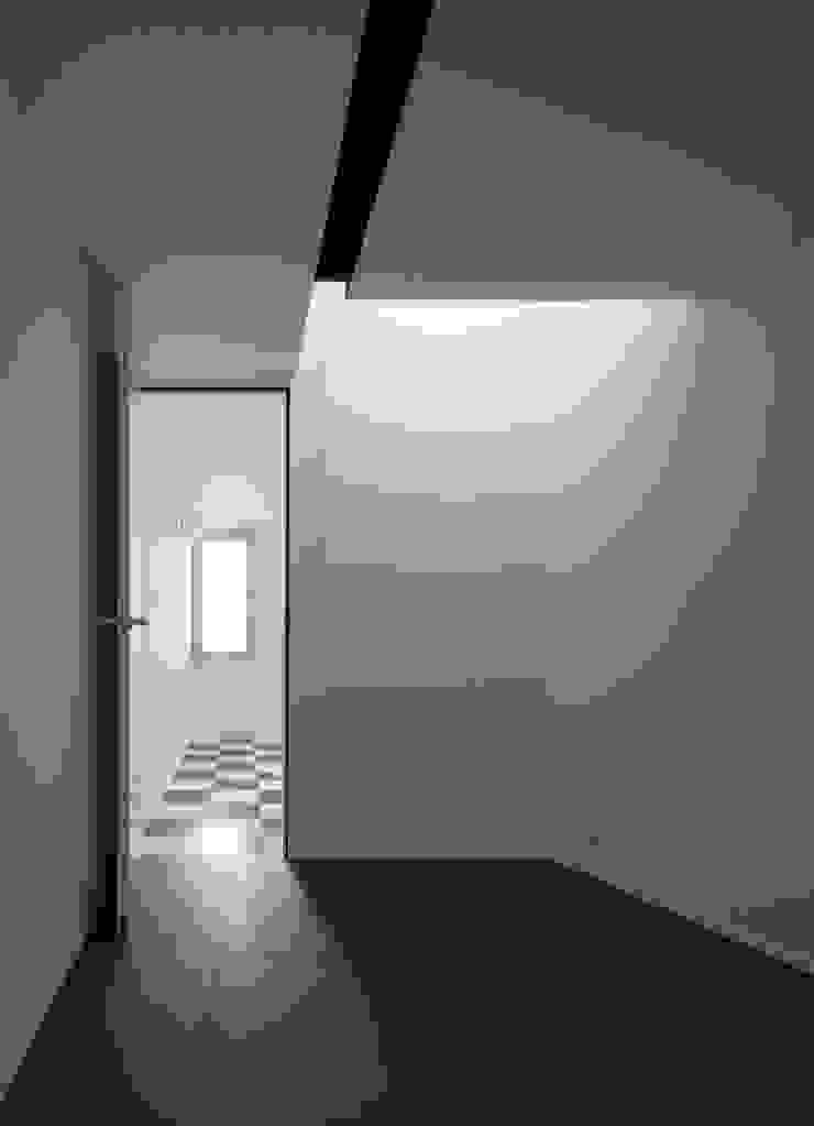 house KK 杉浦事務所 ミニマルデザインの 多目的室