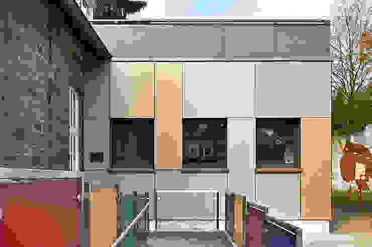 """""""Goldstück"""" – Kindergarten in Wuppertal, Energetische Sanierung einer Kindertagesstätte Moderne Schulen von insa4 ingenieure sachverständige architekten Modern"""