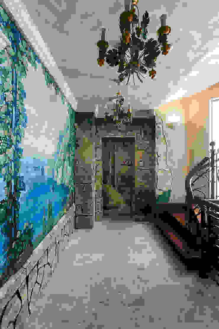 Проходной холл в бассейн Коридор, прихожая и лестница в средиземноморском стиле от Интерьеры от Марии Абрамовой Средиземноморский
