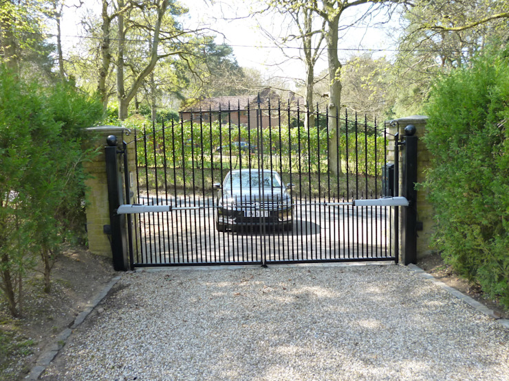 Rear View of Classical style metal electric gates with above ground motors Classic style garden by Portcullis Electric Gates Classic