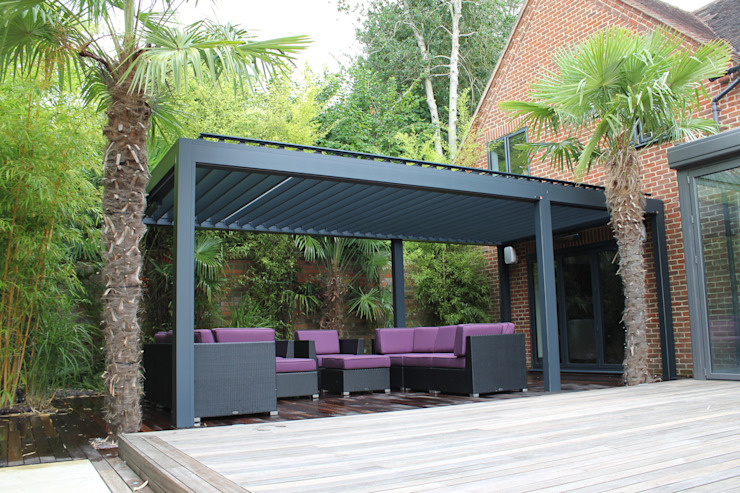 Outdoor Living Pod, Louvered Roof Patio Canopy Installation in Reading. homify Giardino moderno