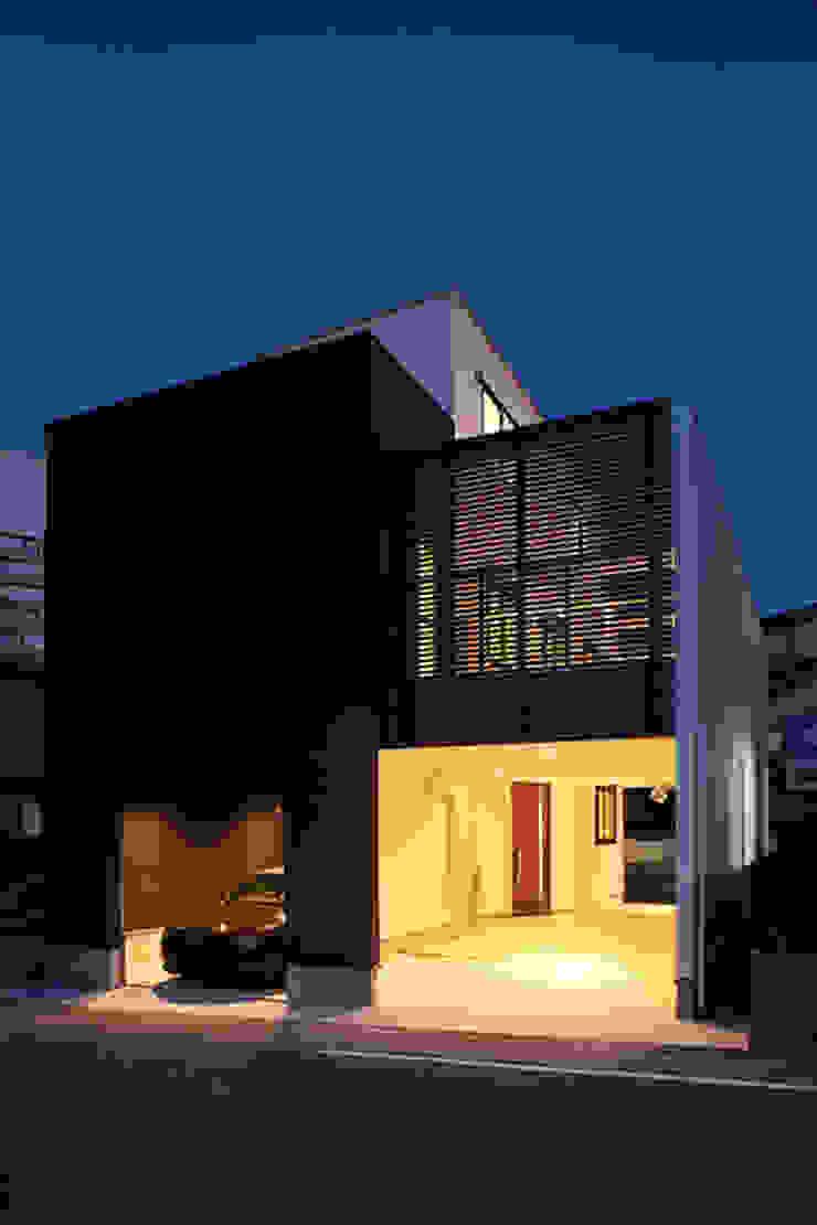 前面道路の喧騒を遮断するため、閉じた外観デザイン モダンな 家 の ナイトウタカシ建築設計事務所 モダン