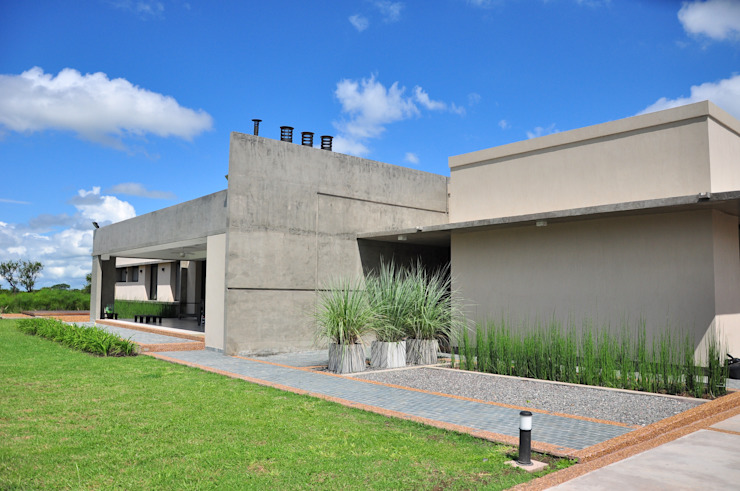 Club de Campo Las Moritas: Casas de estilo  por binomio