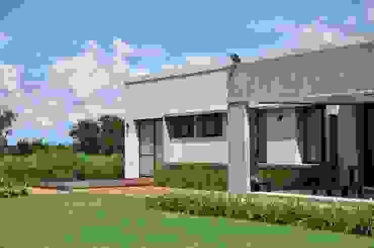 Club de Campo Las Moritas Casas modernas: Ideas, imágenes y decoración de binomio Moderno