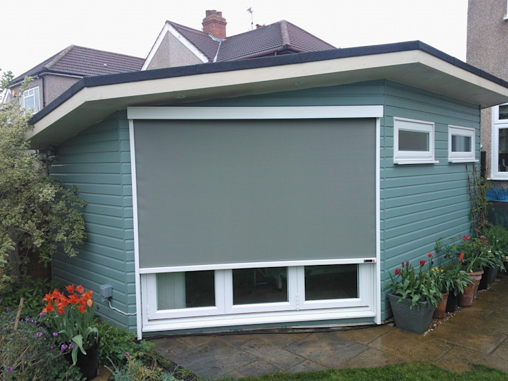 External Roller Blind Installation in Kent. de homify Moderno