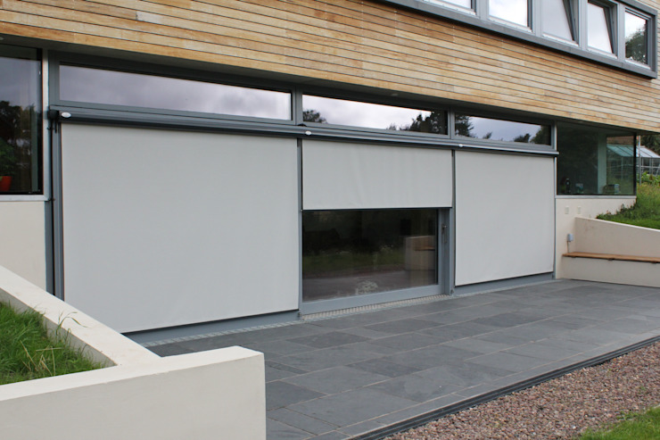 External Roller Blind Installation in Coldingham. di homify Moderno