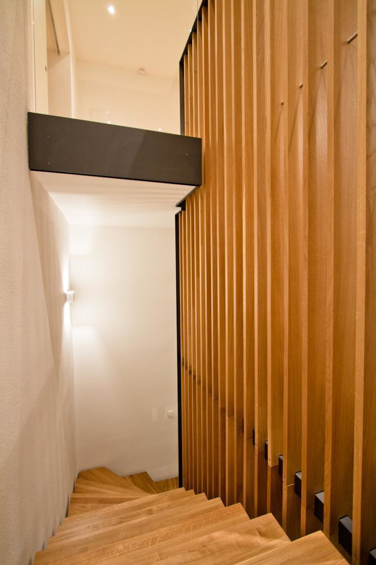 Modern Corridor, Hallway and Staircase by BPLUSARCHITEKTUR Modern