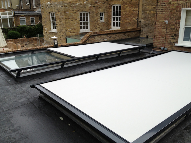 External Roof Blind Installation in London. de homify Moderno