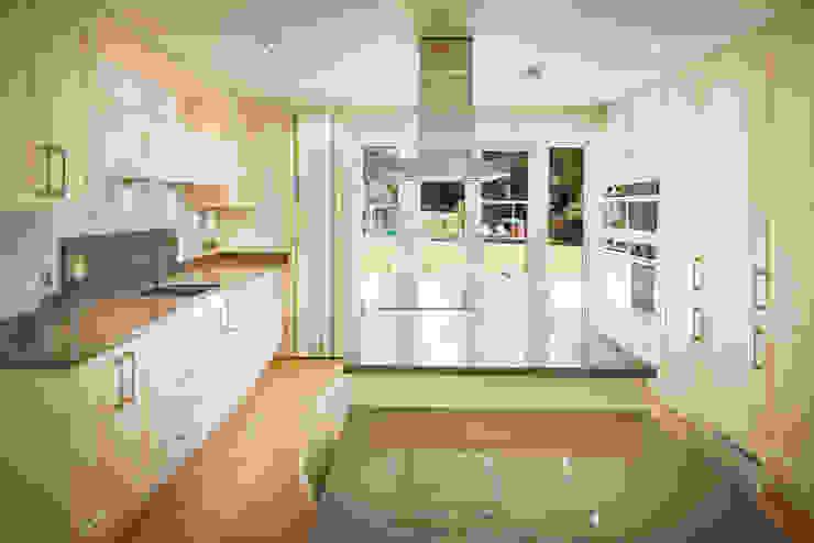 House in Hiltingbury II Modern Kitchen by LA Hally Architect Modern