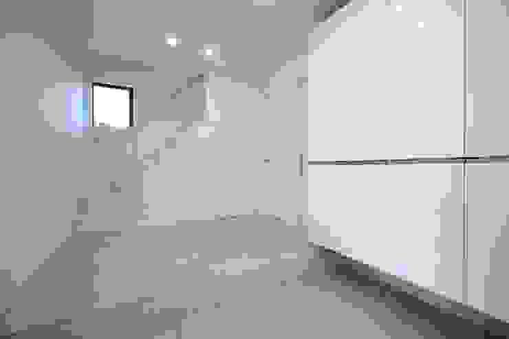 階段のデザインが印象的な玄関ホール モダンな 壁&床 の ナイトウタカシ建築設計事務所 モダン