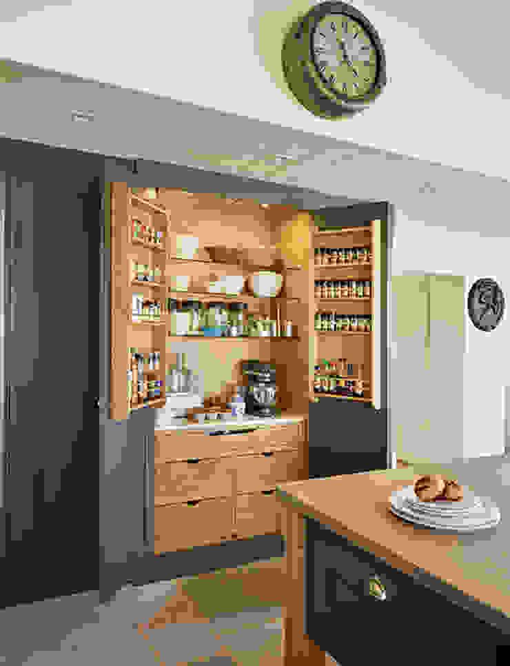 Orford | A classic country kitchen with coastal inspiration Cocinas de estilo clásico de Davonport Clásico Madera Acabado en madera