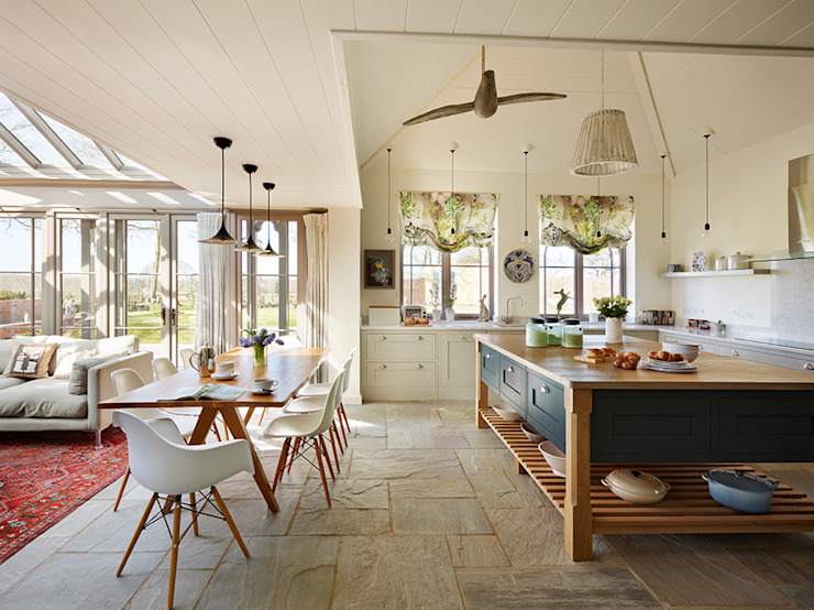 Orford | A classic country kitchen with coastal inspiration Davonport Cocinas de estilo clásico Madera