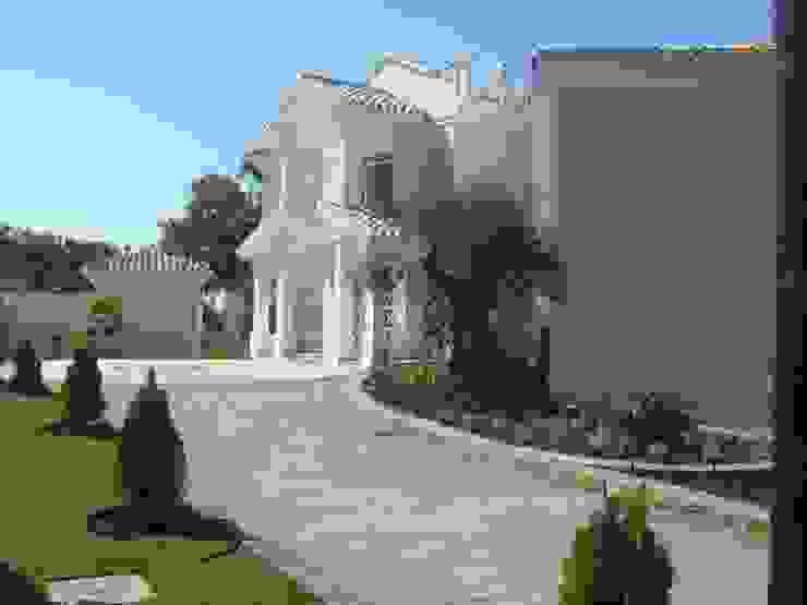 acceso desde la calle Casas de estilo mediterráneo de UAArquitectos Mediterráneo