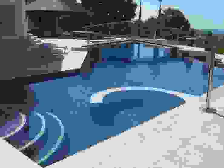piscina Piscinas de estilo mediterráneo de UAArquitectos Mediterráneo