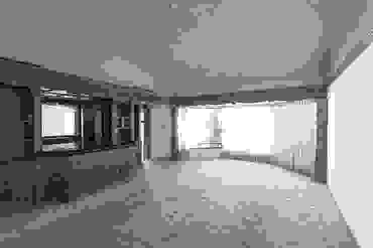 Salon moderne par Juan Luis Fernández Arquitecto Moderne