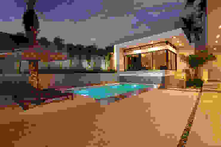 Patio, Alberca y Nuevo Bar Piscinas de estilo moderno de Juan Luis Fernández Arquitecto Moderno