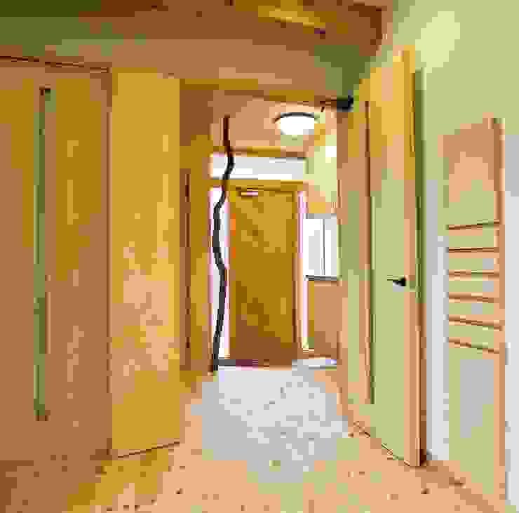 小栗建築設計室 Eclectic style corridor, hallway & stairs