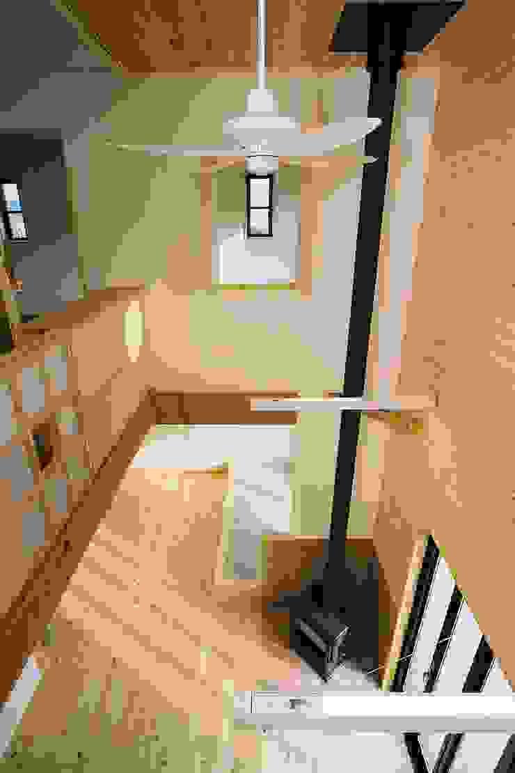 2階からリビングを眺める オリジナルデザインの リビング の 小栗建築設計室 オリジナル