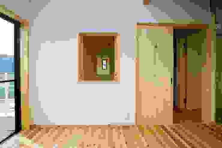 小窓の向こうに窓が、その向こうにも窓が。 北欧デザインの 子供部屋 の 小栗建築設計室 北欧