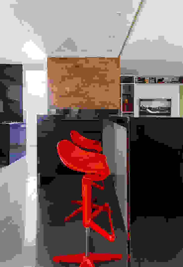 KARTELL RED CHAIR + BLACK KITCHEN Cozinhas industriais por STUDIO ANDRE LENZA Industrial Granito