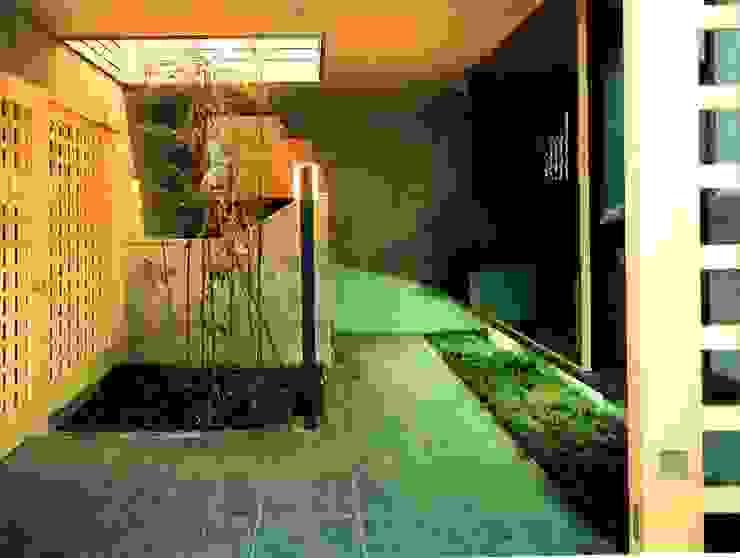つくばの家 オリジナルスタイルの 玄関&廊下&階段 の 有限会社加々美明建築設計室 オリジナル タイル