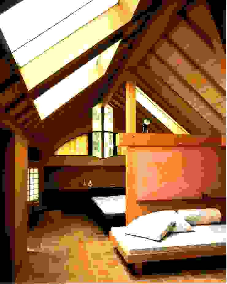 有限会社加々美明建築設計室 Ruang Keluarga Gaya Eklektik Kayu Brown