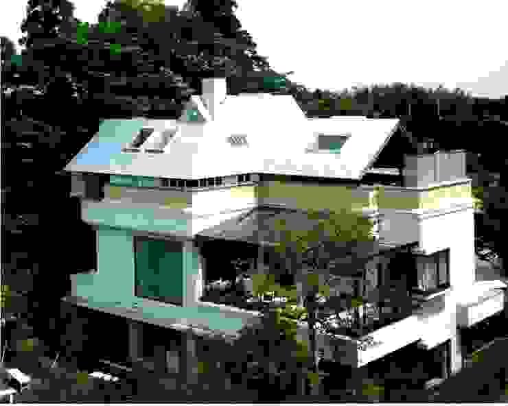有限会社加々美明建築設計室 Rumah Gaya Eklektik Metal Metallic/Silver
