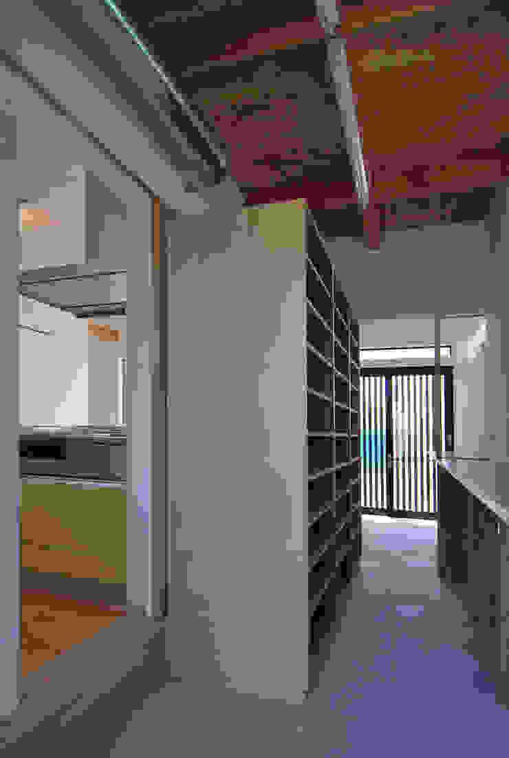 Modern garage/shed by 原 空間工作所 HARA Urban Space Factory Modern Wood Wood effect