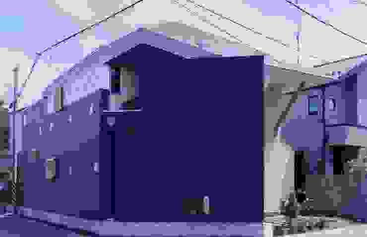車の多い道路側 オリジナルな 家 の 有限会社加々美明建築設計室 オリジナル セラミック