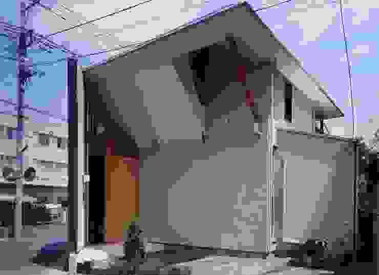 車の少ない側の外壁 オリジナルな 家 の 有限会社加々美明建築設計室 オリジナル 石灰岩