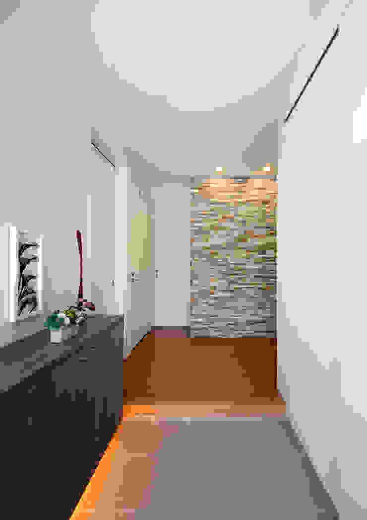 玄関 モダンな 壁&床 の atelier m モダン タイル